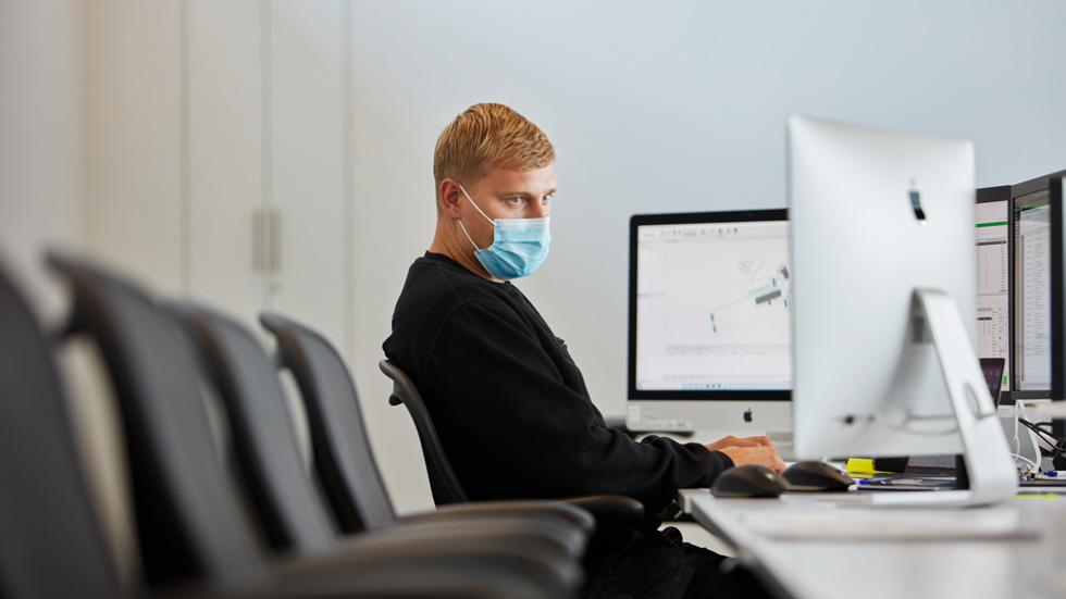 员工在 Viborg 数据中心内光线充足的办公空间工作。