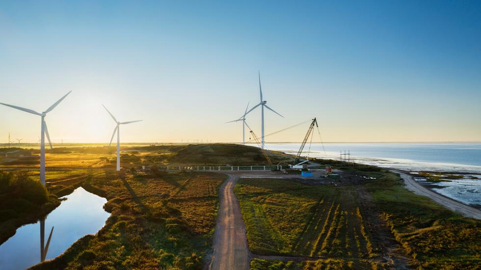 陆上风力涡轮机附近的一处建筑工地。