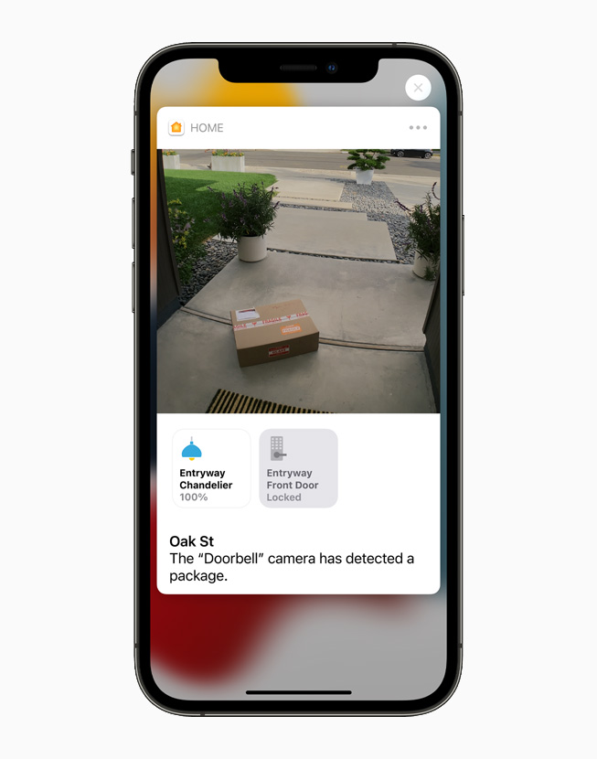 一个接入 HomeKit 的摄像头拍摄到靠近前门左侧的一个包裹,于 iPhone 12 Pro 上展示。