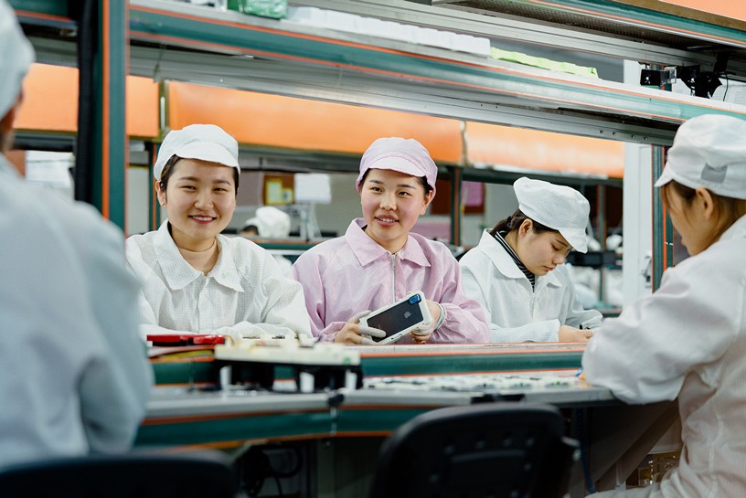 中国 iPhone 生产工厂的生产线操作员。